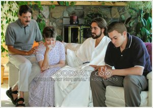 family-praying-with-jesus-GoodSalt-dmtas0106